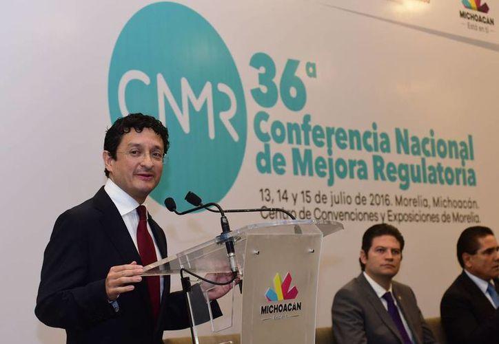 Virgilio Andrade (al micrófono), secretario de la Función Pública, renunció a su cargo, para facilitar que el presidente nombre al nuevo titular, como parte del nuevo sistema nacional anticorrupción. (Archivo/NTX)