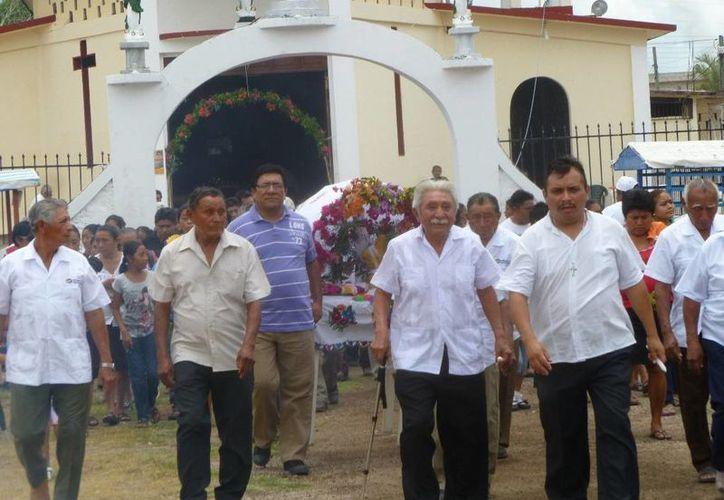 Los feligreses recorrieron las principales avenidas. (Raúl Balam/SIPSE)