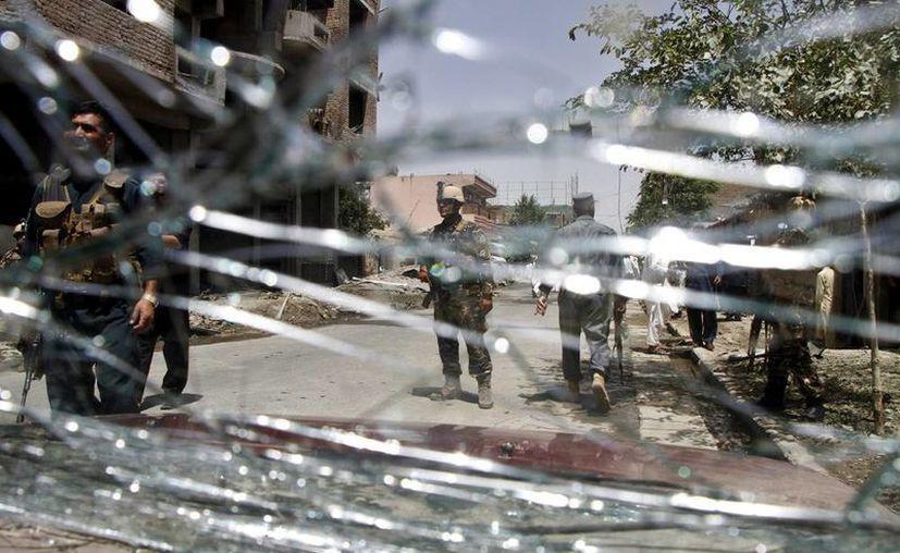 Miembros de los servicios de Seguridad afganos patrullan tras la explosión de un coche bomba en Kabul, el pasado 7 de julio. Al menos 22 personas fallecieron en un enfrentamiento entre bandas rivales en Shashan. (EFE/Archivo)