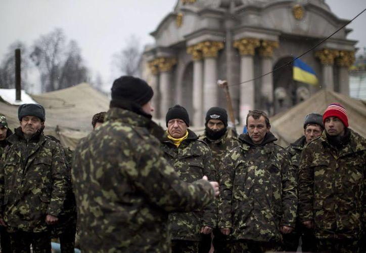 La crisis en Ucrania aumentó este lunes, con maniobras militares de Rusia, pero también con muestras de inconformidad de la población y llamados a la paz. (Agencias)