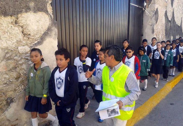 Cada año mueren mil niños atropellados, por lo que es importante saber cuáles son los obstáculos que presentan al caminar por las calles. (José Acosta/SIPSE)
