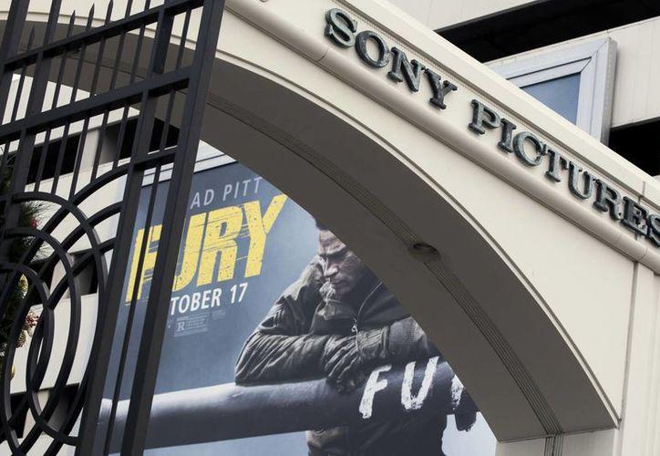 Un cartel de la película se muestra detrás de una entrada de Sony Pictures Entertainment Estudio en Culver City, California. Las empresas de todo el mundo están en alerta máxima para reforzar su seguridad de red. (Agencias)
