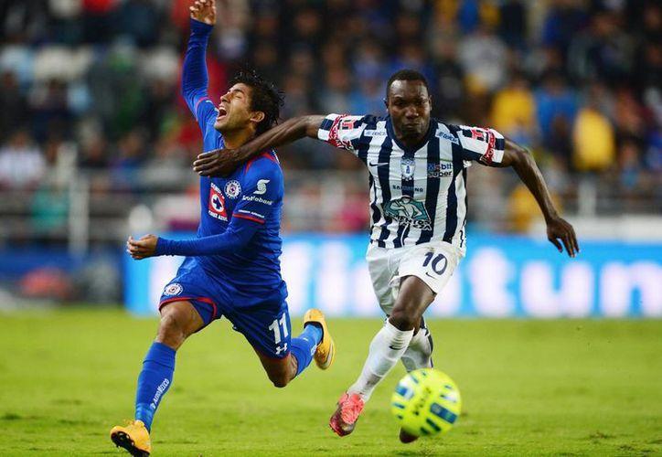 Dorados anunció este miércoles por la tarde a Walter Ayoví como nuevo jugador del equipo para el Torneo Apertura 2015, en la foto Ayoví durante un encuentro ante Cruz Azul por la Liga MX. (posta.com.mx)