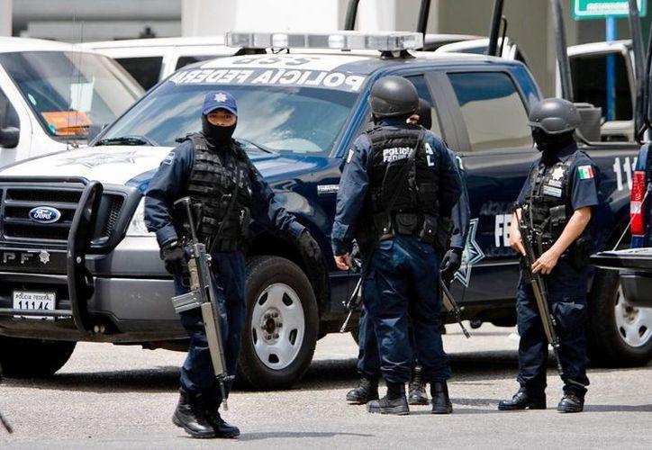 La Policía Federal instaló un retén para verificar documentación de vehículos que cruzan hacia la zona libre de Belice. (Redacción/SIPSE)