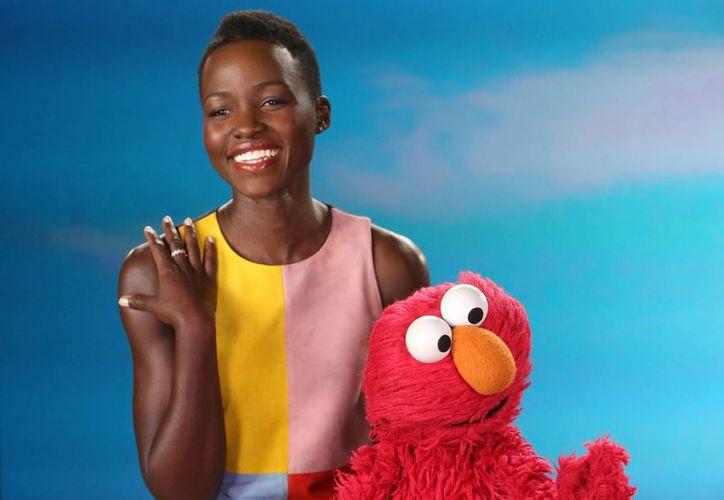 La actriz ganador de un premio Oscar, Lupita Nyong'o, con Elmo durante su intervención en el programa Plaza Sésamo, que enseña a respetar a todos sin importar el color de la piel. (Foto: AP)
