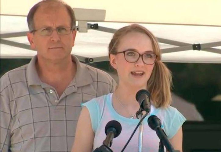 Stacy Cassidy habla en el funeral realizado en honor a su familia, en Spring, Texas. (http://www.click2houston.com)