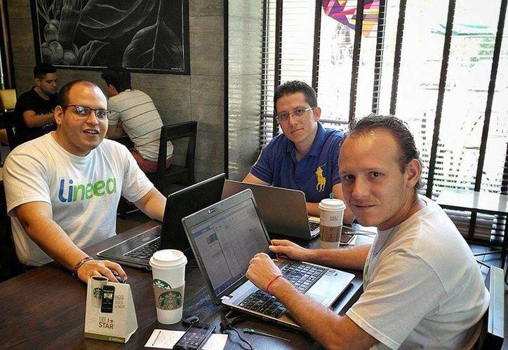 Israel Cauich Viñas, Iván Villamil Covián, Miguel Lara Jareda y Aarón Viñas Aguilar desarrollan una aplicación web y móvil, para encontrar productos y servicios en la ciudad vía internet. (Milenio Novedades)