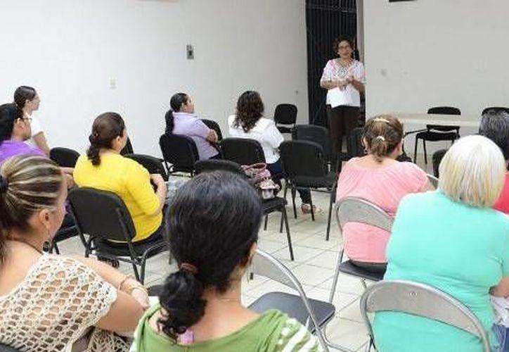 Dentro del taller, se abordó el tema de los derechos humanos de las mujeres. (Cortesía/SIPSE)