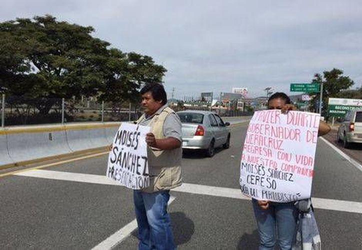 Reporteros volantearon en los carriles de la Autopista del Sol, en Guerrero. (Milenio)