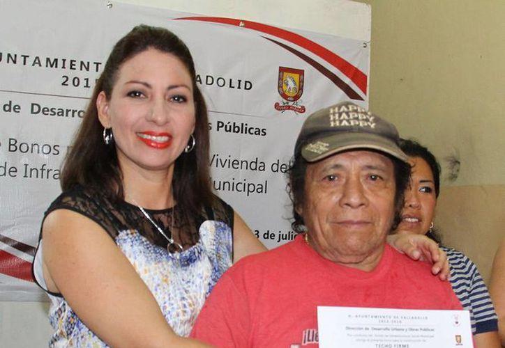 En imagen, una de las beneficiadas con los apoyos acompañada de la alcaldesa.  (Ayuntamiento de Valladolid)
