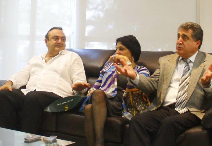 El cónsul honorario, Roberto Abraham, y el embajador del Líbano, Hicham Hamdan, y esposa, Afaf Saab, durante la rueda de prensa. (Milenio Novedades)