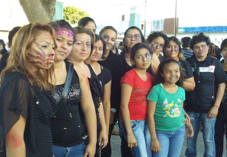 Con 'moretones' en el rostro y portando pancartas, piden a las mujeres de Progreso romper el silencio y denunciar las agresiones. (Manuel pool/SIPSE)