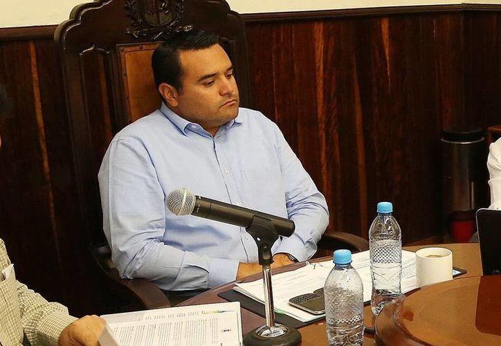 El alcalde de Mérida, Renán Barrera Concha, dice que el Ayuntamiento tuvo que ceder en el cobro de estacionamiento en Plaza Altabrisa. (SIPSE/Archivo)