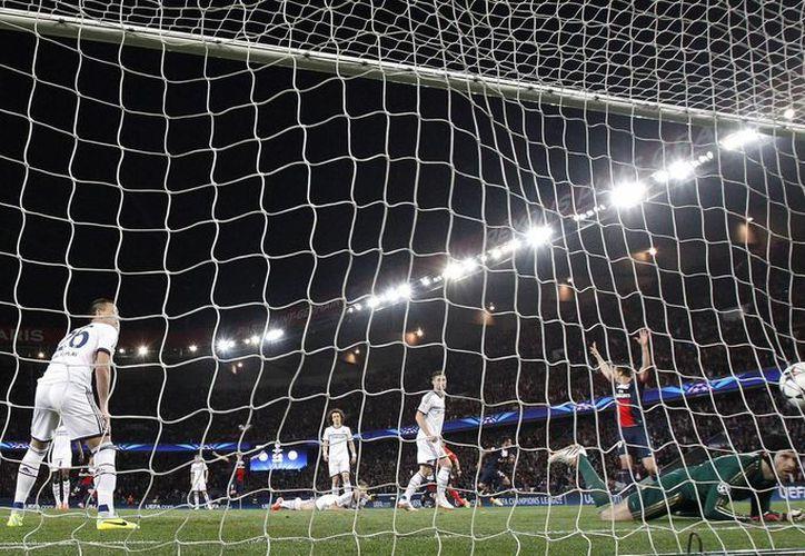 Lavezzi (c) festeja su tempranero gol. El partido del PSG ante Chelsea fue muy parejo, pero el cuadro francés fue el más contundente. (Agencias)