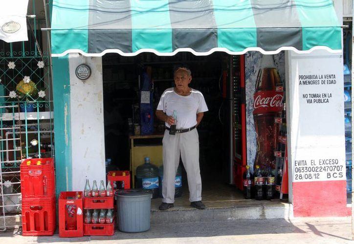 Un meridano toma un refresco en una tienda de la esquina en la capital yucateca, donde hay más de 8 mil pequeños establecimientos de este tipo. (SIPSE)