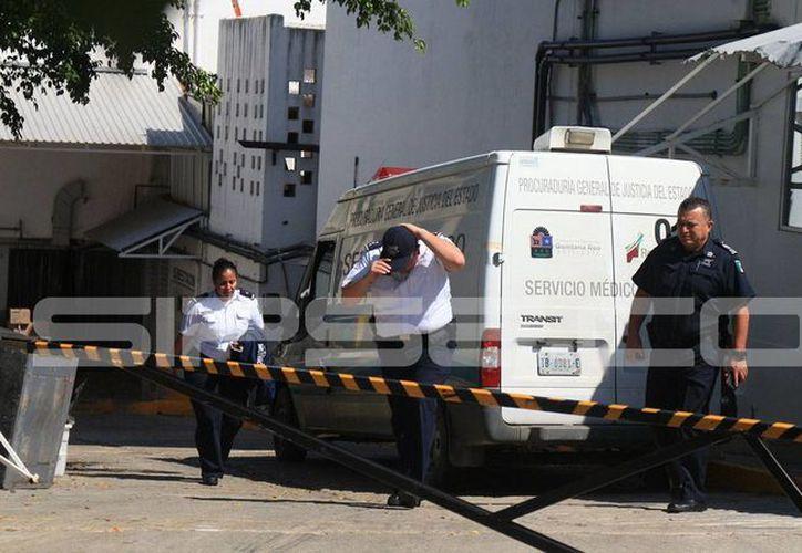 Personal del Servicio Médico Forense (Semefo) fueron trasladados para la necropsia de ley. (Adrián Barreto/SIPSE)