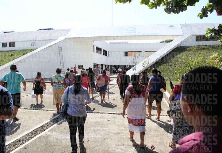 Padres de familia se reunieron en la plaza central de la Secretaría de Educación en Quintana Roo. (Joel Zamora/SIPSE)
