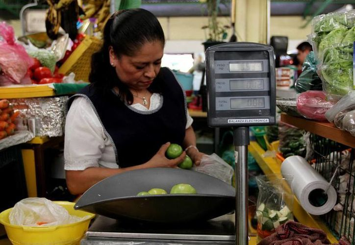 El Gobierno intenta bajar el precio del limón, para lo cual importa toneladas del cítrico a fin de 'inundar' los mercados, sin embargo, el precio continúa 'por los cielos': hasta 60 pesos por kilo. (Notimex)