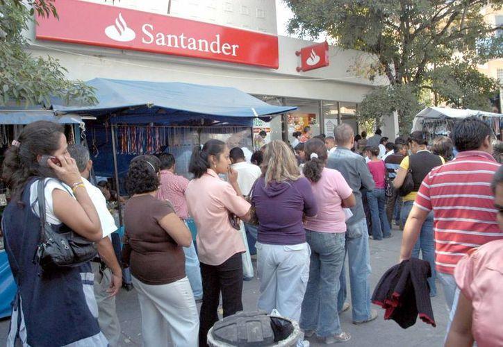 Cargos a tarjetas de crédito son la principal causa de reclamaciones, aseguró Condusef. (Notimex)