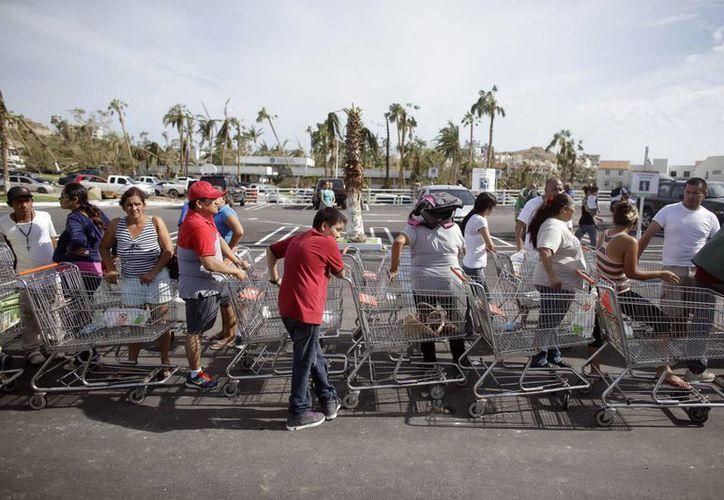 Ante la escasez de víveres, la gente empieza a desesperar en Los Cabos, Baja California Sur. (AP)