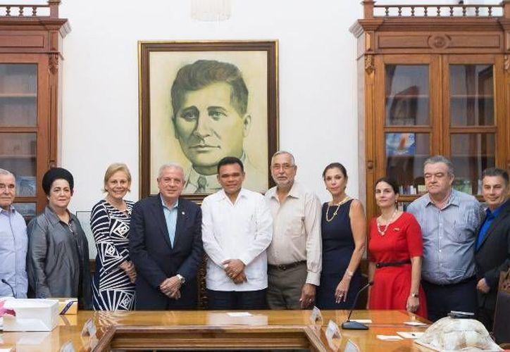 El Gobernador (c) se reunió ayer con el alcalde Miami, Florida, Pedro Regalado (saco azul), para establecer agendas de trabajo y alianzas en diversos tópicos, en beneficio de ambas entidades. (Cortesía)