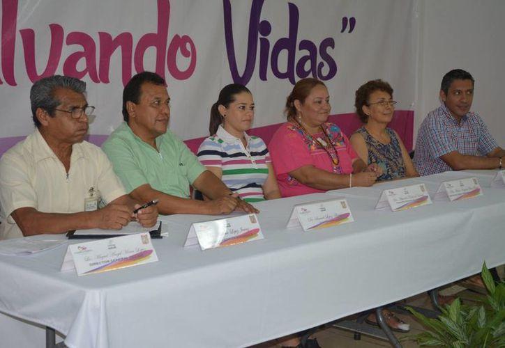 """Funcionarios que tiene contacto permanente con la población participaron en el taller de """"Salvando Vidas"""". (Manuel Salazar/SIPSE)"""