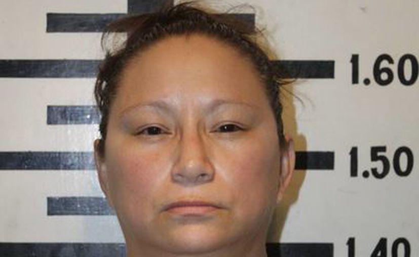Karla Burgos trató de sobornar con mil 450 pesos a los agentes para que la dejaran ir. (FGE)
