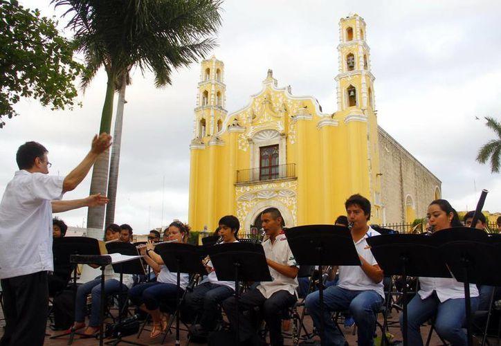 El maestro Luis Luna Guarneros al dirigir a la Sinfónica Juvenil. (Juan Albornoz/SIPSE)