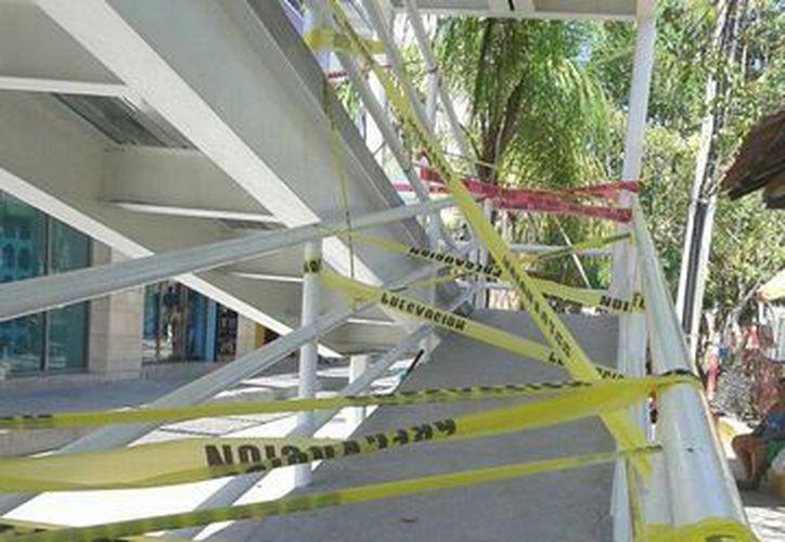 Colocaron cintas para evitar el uso del puente peatonal. (Victoria González/SIPSE)