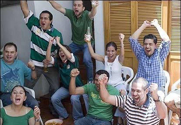 "Si tu equipo favorito anota un gol, grita fuertemente ""Gooooooooool"". (Contexto/Internet)"