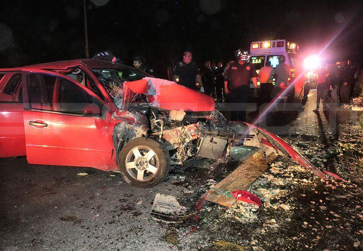 Destrozado del frente terminó un Ford Fiesta que se estrelló contra una camioneta Chevrolet estacionada. (Milenio Novedades)