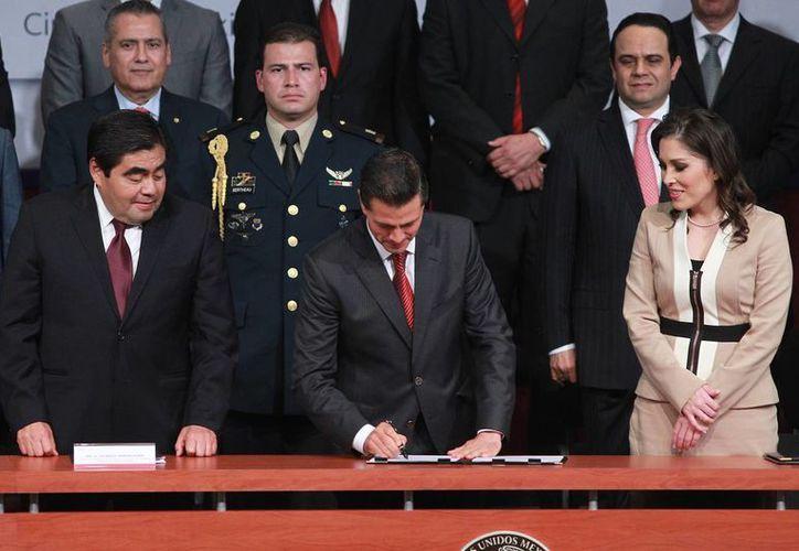 El presidente Enrique Peña Nieto presidió la instalación del Consejo del Sistema Nacional de Transparencia, donde aseveró que la democracia mexicana cuenta con nuevos pilares para fomentar el gobierno abierto. (Notimex)