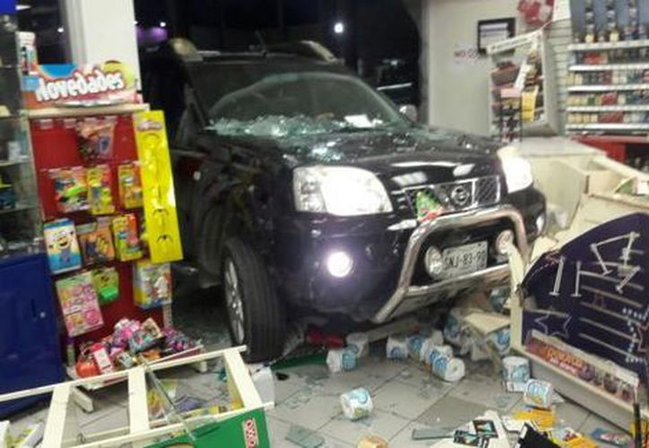 El conductor de una camioneta terminó al interior de una tienda de conveniencia. (Milenio)