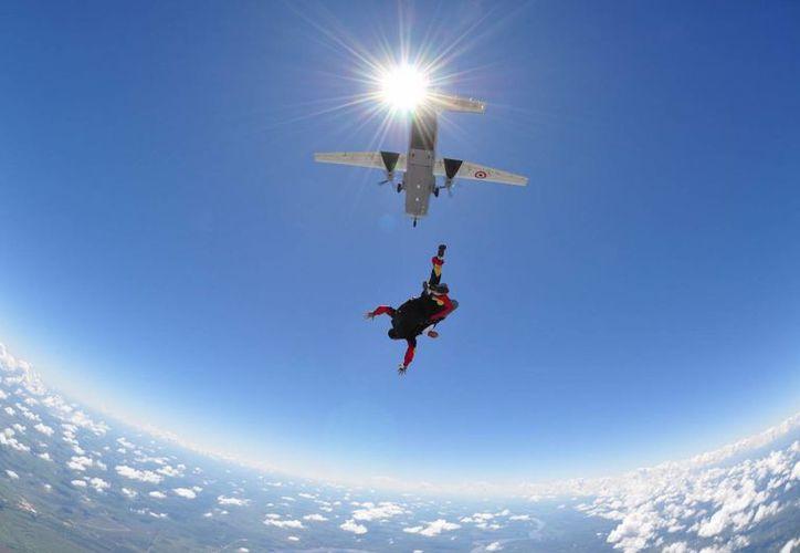 El hombre tenía seis años de experiencia y había saltado en paracaídas 400 veces. Foto de contexto. (Atypikal)