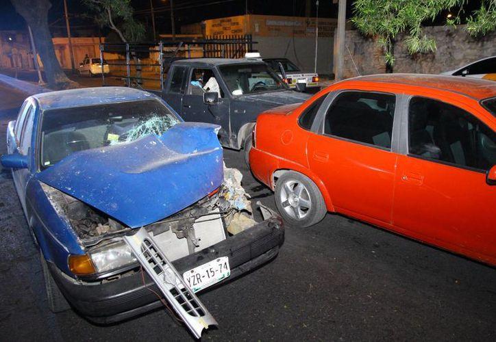 El conductor de un Nissan Tsuru se estampó contra una Nissan Estaquitas y  ésta, a su vez, contra un Chevy. (Milenio Novedades)