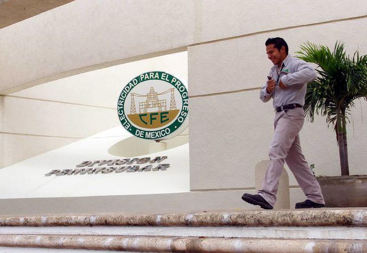 El CCE considera que la CFE debe ser una empresa productiva. Imagen de la entrada de la oficina paraestatal en Mérida. (Milenio Novedades)