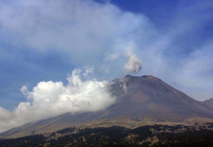 El volcán ha registrado varias explosiones durante la semana, lanzando fragmentos incandescentes en las laderas externas del cráter. (Notimex)