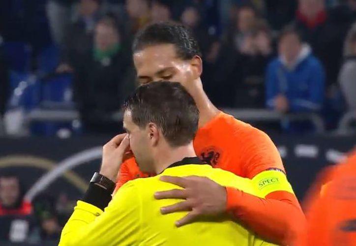 Al terminar el encuentro, los jugadores consolaron y presentaron sus condolencias al árbitro. (El País)