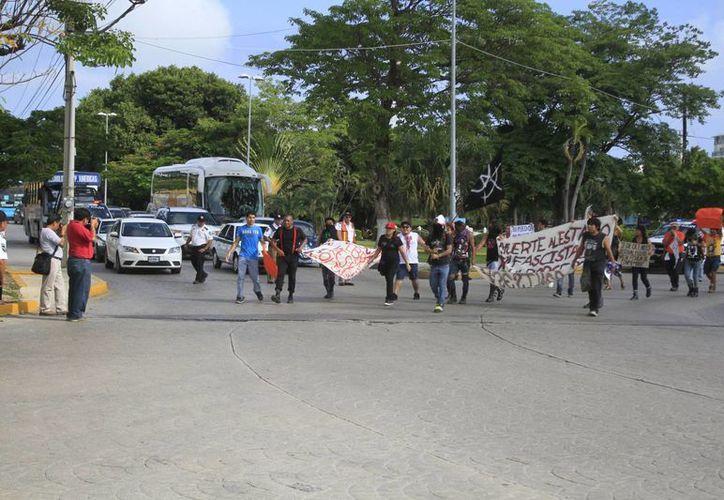 La marcha concluyó en el parque de Las Palapas. (Sergio Orozco/SIPSE)