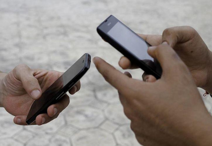 Según datos del Inegi, el 87.5 por ciento de la población del estado de Baja California Sur cuenta con un teléfono celular. (Archivo/Notimex)