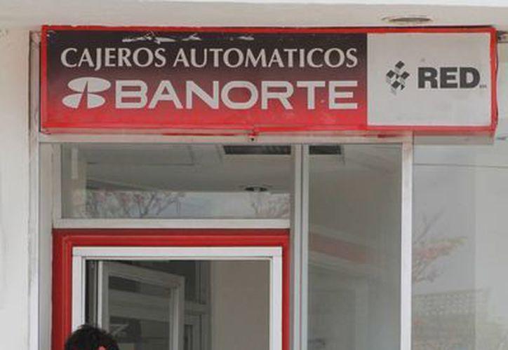 """Los cajeros automáticos tienen su """"hora pico"""" entre las nueve y las 13 horas, aunque en día de quincena aumenta la afluencia. (Jesús Tijerina/SIPSE)"""