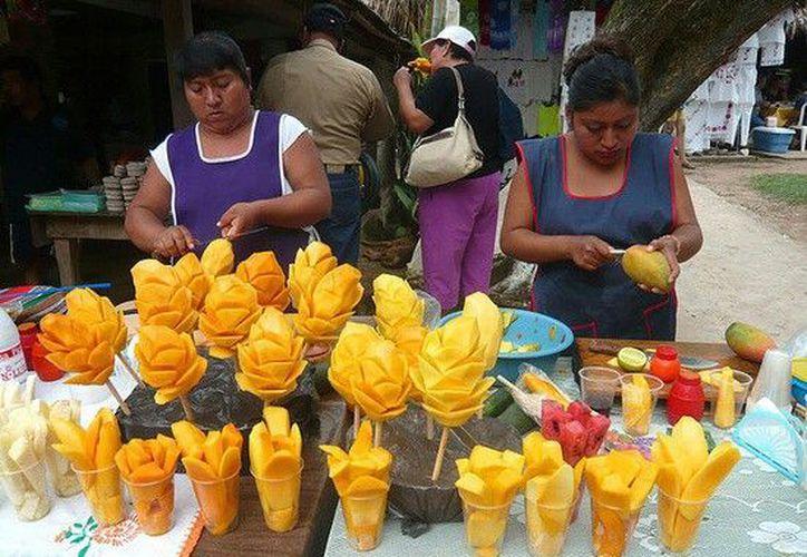 Las personas acostumbran ingerir alimentos en la calle que no saben desde qué hora y cómo fueron preparados. (Imagen tomada de internet)