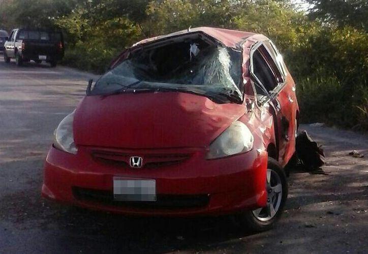 La volcadura dejó como saldo dos personas lesionadas, incluido un bebé de 10 meses, en la carretera Mérida-Progreso. (Gerardo Keb/Milenio Novedades)