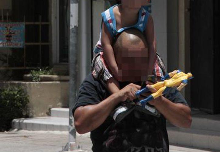 En Cancún  existen padres que fueron abandonados por su pareja o que la muerte se las arrebató. (Tomás Álvarez/SIPSE)