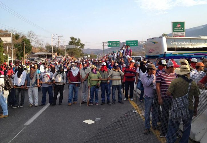 En la imagen, profesores en Guerrero durante el bloqueo de la Autopistan del Sol. (Notimex)