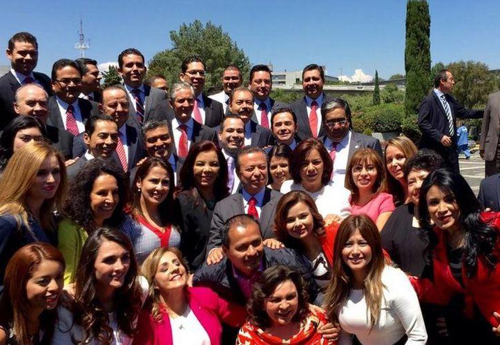 El presidente del PRI, César Camacho, y la secretaria general del tricolor, Ivonne Ortega Pacheco, acompañaron a los candidatos a diputados federales a realizar su registro ante el INE. (twitter/@CCQ_PRI)