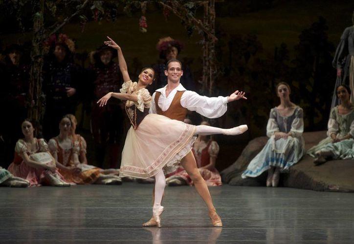Misty Copeland es la primera afroamericana en la historia de EU en ser nombrada primera bailarina del American Ballet Theater. En la foto, de archivo, en un espectáculo al lado de Gene Schiavone. (ticketsarasota.com)