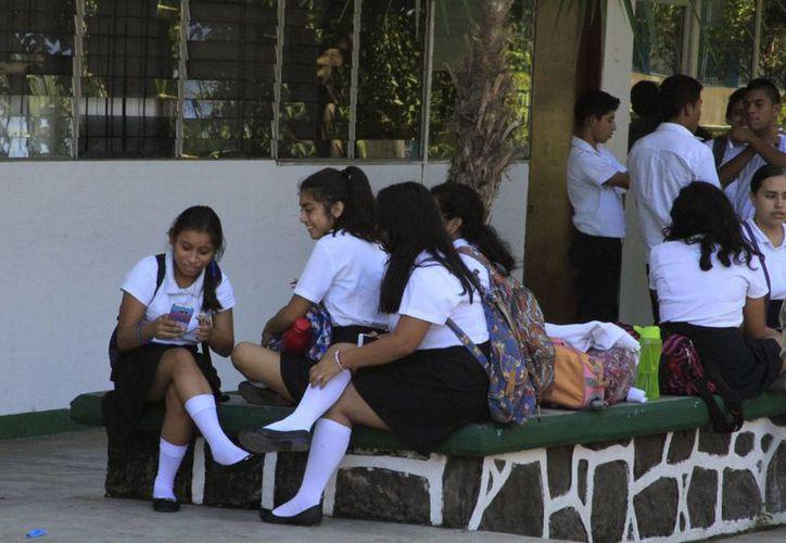 Casi se duplica el número de alumnos de bachillerato en línea, en comparación al año pasado; la mayoría son mujeres. (Celcar López/SIPSE)