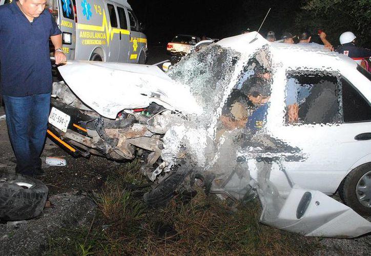 Seis personas resultaron heridas el viernes al chocar de frente dos vehículos compactos en el tramo carretero Tizimín-Calotmul. (Milenio Novedades)