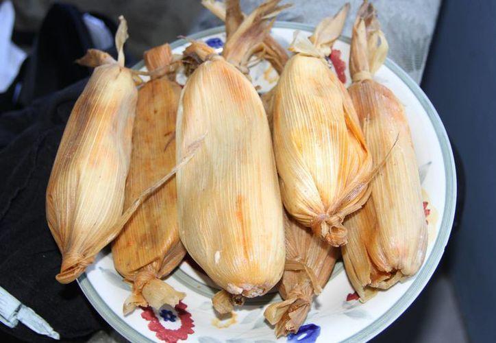El chamán afirmó que los tamales son de vital importancia en las fiestas de matrimonio. (Tomás Álvarez/SIPSE)